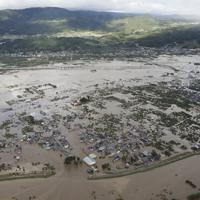千曲川が決壊し浸水する長野市穂保地区=2019年10月13日午前8時15分、本社ヘリから