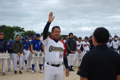選手宣誓する和歌山オールドボーイズの山本俊英主将=和歌山市の市民スポーツ広場で、木村哲人撮影