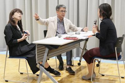 カスハラ対策のロールプレーで顧客役を演じる援川聡さん(中央)と池内裕美・関西大教授(左)=大阪市北区の関西大梅田キャンパスで2019年8月26日、加古信志撮影