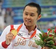 2008 Beijing Olympics -- Japan's Kosuke Kitajima displays the gold medal he won in the men's 200-meter breaststroke following his victory in the 100-meter event. Kitajima captured breaststroke gold medals in two consecutive Olympics. (Mainichi/Akihiro Hirata)