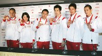 2008 Beijing Olympics -- Japanese swimmers, from left, Takeshi Matsuda, who secured the bronze medal in the men's 200-meter butterfly, Reiko Nakamura, who earned the bronze medal in the women's 200-meter backstroke, and members of the men's 400-meter medley relay, who captured the bronze medal, are seen. (Mainichi/Junichi Sasaki)