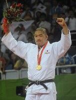 2008 Beijing Olympics -- Japan's Satoshi Ishii celebrates after winning the gold medal in the over-100-kilogram division in men's judo. He qualified for the event by beating Keiji Suzuki, the gold medalist in the 2004 Athens event, in the All-Japan Judo Championships. After winning the gold medal, Ishii announced in November that year that he would switch to compete in mixed martial arts. (Mainichi/Tomohisa Yazu)
