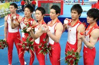 2008 Beijing Olympics -- The Japanese men's gymnastics team show off their silver medals they won in the team event behind China after it had aimed to capture its second consecutive gold medal following its victory in the Athens Games. From left, Takehiro Kashima, Takuya Nakase, Makoto Okiguchi, Koki Sakamoto, Hiroyuki Tomita and Kohei Uchimura are seen. (Mainichi/Naotsune Umemura)