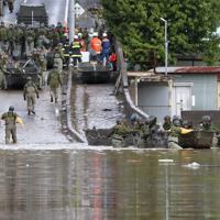 浸水地域でボートを出す自衛隊員=長野市で2019年10月14日午前7時39分、佐々木順一撮影