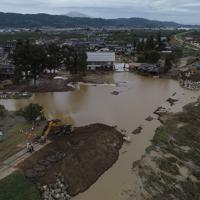 復旧工事が始まった決壊した堤防=長野市穂保地区で2019年10月14日午前10時半、小型無人機で後藤由耶撮影
