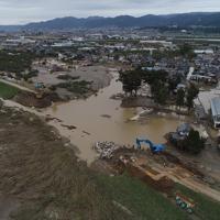 復旧工事が始まった決壊した堤防=長野市穂保地区で2019年10月14日午前10時57分、小型無人機で後藤由耶撮影