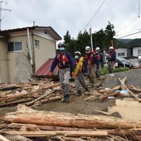 倒壊した家屋の多い地区を安否確認のため見て回る消防隊員ら=宮城県丸森町で2019年10月14日午前11時35分、平川義之撮影