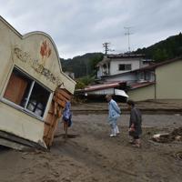 阿武隈川の支流が決壊し、大量の土砂などが流れ込んで倒壊した住宅=宮城県丸森町で2019年10月14日午前11時42分、平川義之撮影