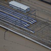 台風19号の大雨で浸水した北陸新幹線の車両基地周辺=長野市赤沼で2019年10月14日午前10時25分、本社ヘリから
