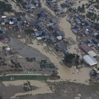 台風19号の大雨で決壊した千曲川=長野市穂保で2019年10月14日午前10時30分、本社ヘリから