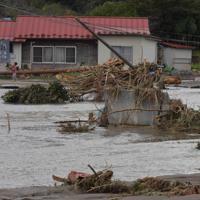近くの川が決壊、浸水して大量の土砂が流れ込み、川のようになった農地=宮城県丸森町で2019年10月14日午前11時46分、平川義之撮影