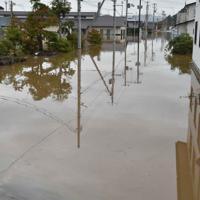 浸水が続く宮城県丸森町の中心部。近くの住民によると前日とあまり状況は変わっていないという=2019年10月14日午前9時55分、平川義之撮影