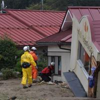 住宅に取り残された人がいないかを調べて回る消防隊員ら=宮城県丸森町で2019年10月14日午前11時38分、平川義之撮影
