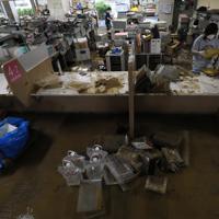 市役所の1階が浸水し、片付け作業を行う職員ら=長野県飯山市で2019年10月14日午後0時33分、佐々木順一撮影