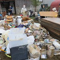 床上浸水した住居では親族らが集まり、使えなくなった家財道具などを運び出す作業が続けられた=長野県飯山市で2019年10月14日午後0時44分、佐々木順一撮影