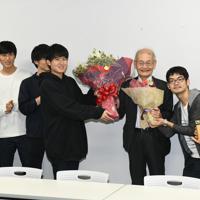学生から花束を贈られ笑顔を見せる吉野彰さん(右から3人目)名古屋市天白区の名城大で2019年10月14日午前、鮫島弘樹撮影