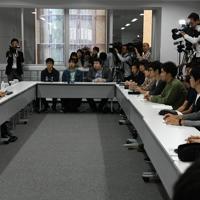 ノーベル化学賞受賞決定後、初めて名城大で講義をする吉野彰さん(左端)=名古屋市天白区で2019年10月14日、鮫島弘樹撮影