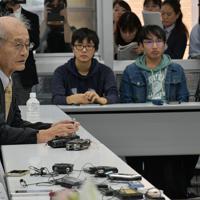 ノーベル化学賞の受賞決定後、初めて名城大で講義をする吉野彰さん(左)=名古屋市天白区で2019年10月14日午前、鮫島弘樹撮影
