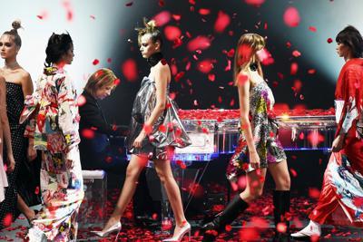 楽天ファッションウィークの開幕を飾った、YOSHIKIさん(奥)が手がけたブランド「YOSHIKIMONO」を披露するイベント=東京都渋谷区の渋谷ヒカリエで2019年10月14日午後2時19分、滝川大貴撮影