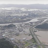 阿武隈川(中央から奥)などが氾濫し、浸水したままの宮城県丸森町=2019年10月14日午後0時52分、本社ヘリから