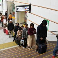 北陸新幹線が長野-東京間で一部運転再開し、乗車券を買い求める人たち=長野駅で2019年10月14日午前10時半、丸山博撮影