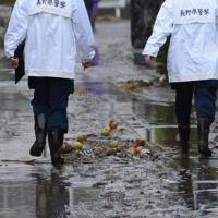 千曲川の堤防が決壊して濁流が流れ込んだ長野市穂保=長野市で2019年10月14日午後3時39分、丸山博撮影