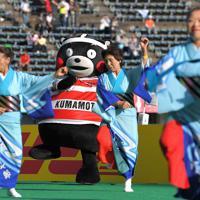 試合前に披露された牛深ハイヤを一緒に踊るくまモン(奥)=えがお健康スタジアムで2019年10月13日、徳野仁子撮影