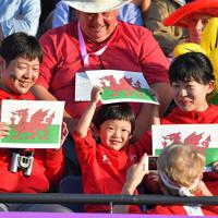 【ウェールズ-ウルグアイ】ウェールズの旗を手に応援する人たち=えがお健康スタジアムで2019年10月13日、徳野仁子撮影