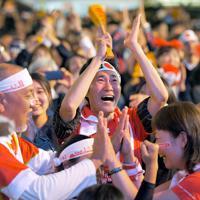 スコットランドを破って日本の決勝トーナメント進出が決まり、喜ぶ人たち=福岡市博多区で2019年10月13日午後9時42分、津村豊和撮影