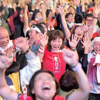 前半、福岡堅樹選手がトライを奪い喜ぶ人たち=福岡市博多区で2019年10月13日午後8時34分、津村豊和撮影