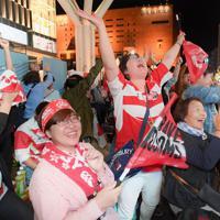 松島幸太朗選手がトライを奪い、喜ぶ人たち=福岡市博多区で2019年10月13日、津村豊和撮影