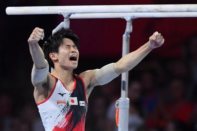男子種目別決勝で平行棒の演技を終えて喜ぶ萱和磨=ドイツ・シュツットガルトで2019年10月13日、宮間俊樹撮影