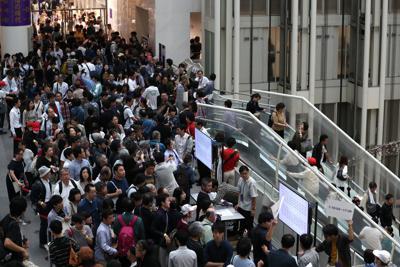 「表現の不自由展・その後」の最後の観覧抽選を確認する大勢の人たち=名古屋市東区の愛知芸術文化センターで2019年10月14日午後2時44分、兵藤公治撮影