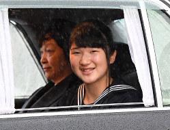 皇居に入られる皇太子ご夫妻の長女愛子さま=皇居・半蔵門で2019年4月30日午後5時16分、山崎一輝撮影