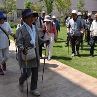 元気にウオーキングする高齢者=富山市総曲輪4の市まちなか総合ケアセンターで2018年6月7日、青山郁子撮影