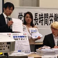 「斉藤ひでみ」の仮名ではなく、実名で発言を始めた西村祐二さん(右)=参院議員会館で2019年10月8日、小国綾子撮影