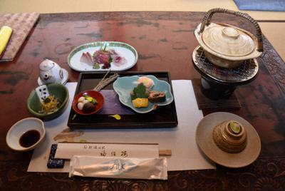 宿泊客に合わせて提供される夕食の会席料理=神奈川県箱根町塔之澤の福住楼で