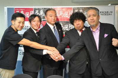 記者会見した県カーリング協会の中沢信二理事長(中央)や大野公寿代表(右端)ら=甲府市の県庁で