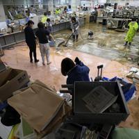 市役所の一階が浸水し、朝から掃除をする職員ら=長野県飯山市で2019年10月15日午前9時32分、佐々木順一撮影