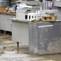 一階が浸水し、市役所の机や床は茶色くなっていた=長野県飯山市で2019年10月15日午前8時13分、佐々木順一撮影