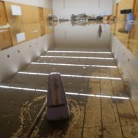 台風19号の影響で浸水被害のあった地域では、休校となるなど再開のめどがたたない学校も。帝京安積高校では1階の職員室やホールは1メートルを超える高さまで水が達した。昨日から水がひきはじめたが、15日朝も流れ込んだ泥や水に覆われ、教員らが対応に追われていた。マーチングバンドの全国大会を控える吹奏楽部の練習場所だったホール内にも水が残り、楽器などが散乱していた。黒岩堂明徳教頭は「しばらくは教員たちで掃除を続け、生徒たちを受け入れられるようにしたい。吹奏楽やサッカーなど大会を控えている部は練習に制約がでるかもしれないが、やれる範囲でがんばって