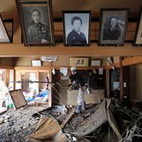 千曲川の氾濫で被災した親戚の家の片付けをする男性=長野市で2019年10月15日午前10時16分、宮武祐希撮影