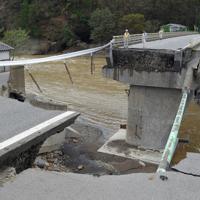 台風19号の大雨により崩落した千曲川に掛かる田中橋。車が転落し、行方不明者が生じている=長野県東御市で2019年10月15日午前10時50分、手塚耕一郎撮影