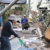 千曲川の氾濫で被災した穂保地区の家の片付けをする被災者ら=長野市で2019年10月15日午後0時7分、宮武祐希撮影