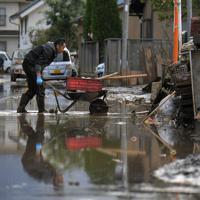 台風19号の大雨で千曲川が決壊し、水没した地区で片付けに追われる住民ら=長野市穂保で2019年10月15日午後2時59分、手塚耕一郎撮影