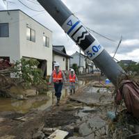 台風19号の大雨で千曲川が決壊した場所に近い住宅地。千曲川決壊時の想定浸水深が表示された電柱はへし折られていた=長野市穂保で2019年10月15日午後3時18分、手塚耕一郎撮影