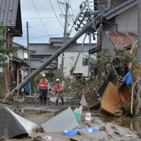 台風19号の大雨で千曲川が決壊した場所に近く、水流で電柱が倒れるなど大きな被害が生じた住宅地=長野市穂保で2019年10月15日午後3時40分、手塚耕一郎撮影
