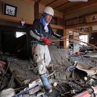 千曲川の氾濫で被災した親戚の家の片付けをする男性=長野市で2019年10月15日午前10時15分、宮武祐希撮影