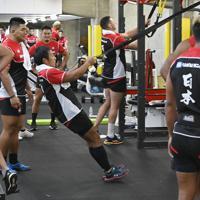 南アフリカ戦に向けて室内でウエイトトレーニングに臨む日本代表の選手たち=東京都内で2019年10月15日午前11時8分、藤井達也撮影
