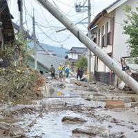 被害状況を確認する警察官ら=長野市穂保で2019年10月14日午前10時41分、岩崎邦宏撮影